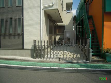 伸縮門扉の取付と物置の設置