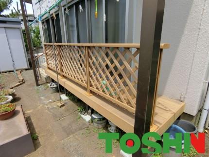 窓前のウッドデッキにフェンスを取付