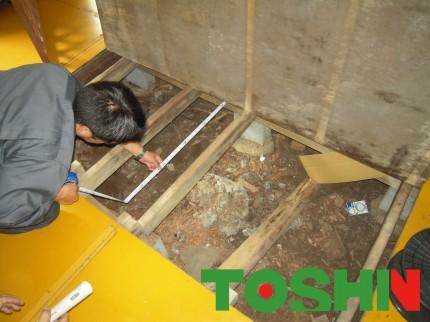プレハブの床の張替え工事現調