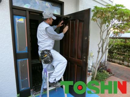 木製玄関扉の塗装施工中