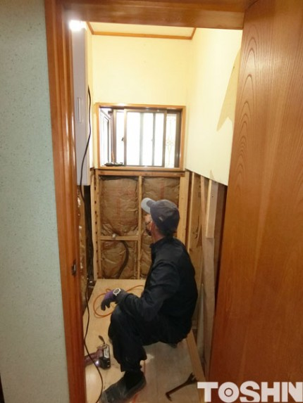 トイレの床・壁を改修