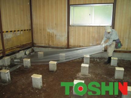 床下に防湿シート敷き込み